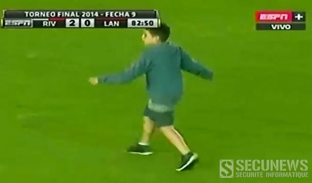 Un gamin s'amuse à jouer les streakers en Argentine