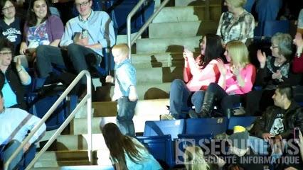 Ce petit garçon vole la vedette aux chanteurs en plein concert
