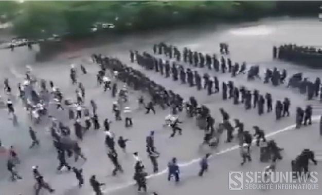 Une police anti-émeute s'entraîne à canaliser des hooligans