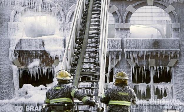 Un immeuble en feu à Philadelphie finit emprisonné dans la glace